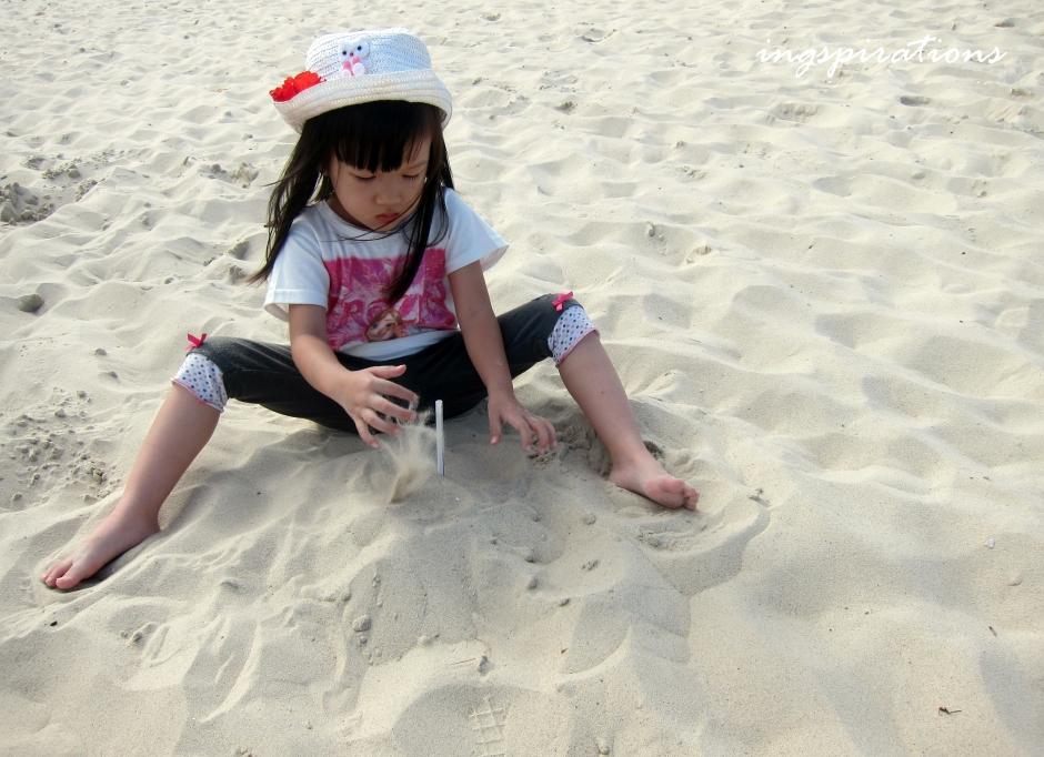 surfers-paradise-sandy-beach-kids